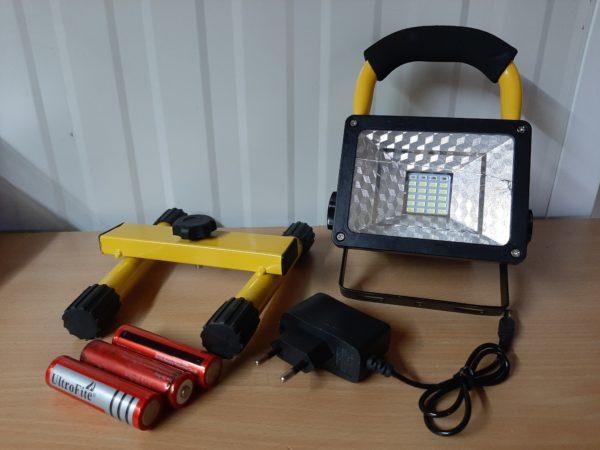 Kültéri akkumulátoros LED reflektor 30W hordozható rendőrségi villogóval dobozsérült LFL30WDS